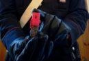 Spruzzano spray urticante e rubano un telefonino