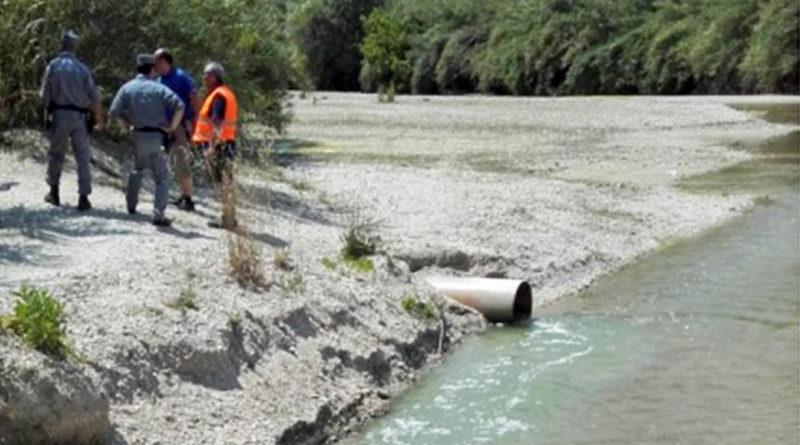 Carabinieri forestali forestale ambiente scarico scarichi fiume sacco inquinamento veleni ceccano schiuma frosinone ciociaria