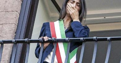 Il sindaco di Roma Virginia Raggi che piange commossa