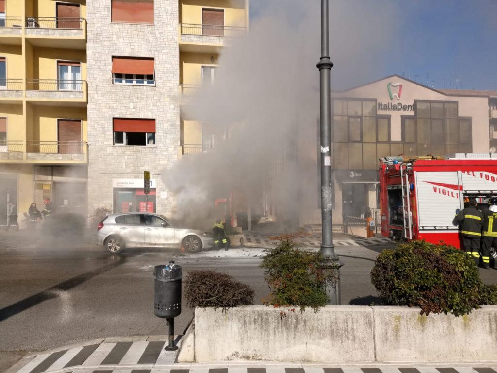 Auto in fiamme via aldo moro frosinone vigili del fuoco