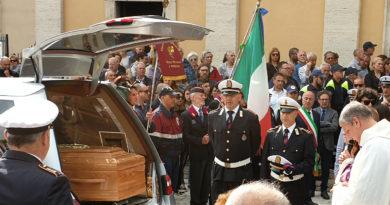 Folla commossa per l'addio all'ispettore della Polizia Locale Giuseppe Diana, eroe della normalità