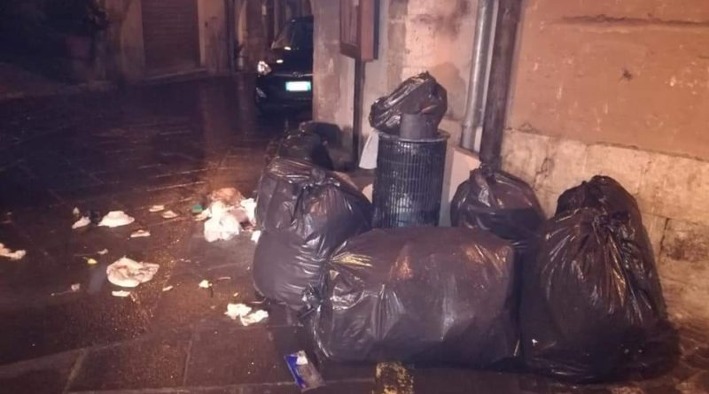 Anagni, mascherine e guanti gettati per strada. L'ira del sindaco Natalia